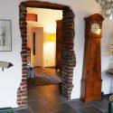Blick ins´s Schlafzimmer mit Biedermeier-Standuhr