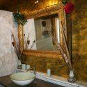 Waschtisch mit antikem Wandspiegel